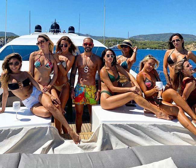 پارتی ساشا سبحانی با دختران برهنه بر روی کشتی (+عکس)